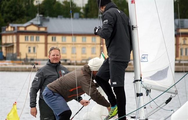 Johan Neovius (till vänster) ute på segeltur med Christian Sundman och Petter Forth.