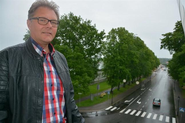 Tidtabellen är väldigt ambitiös och nu kan man inte säga om den håller, säger Patrick Ragnäs som leder styrgruppen för Österbottens välfärdsområde.