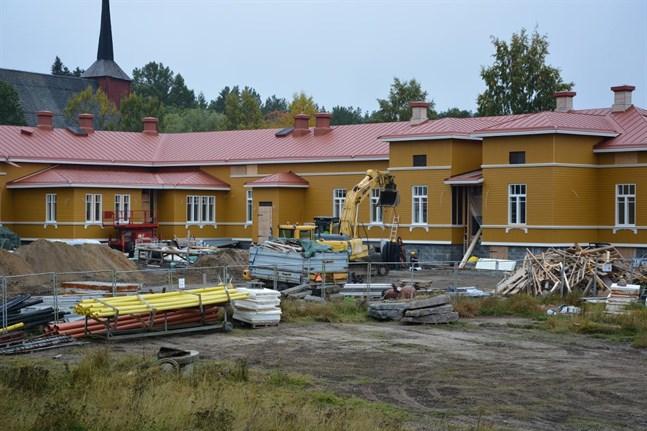 Renoveringen av Kristinestads skola blev ett rättsfall där entreprenören och staden kräver varandra på hundratusentals euro.