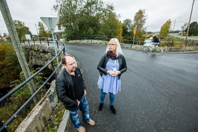 Micael Westerholm och Pia-Maria Toivio har samlat namn för att förbättra trafiksäkerheten på vägarna runt museibron i Toby.