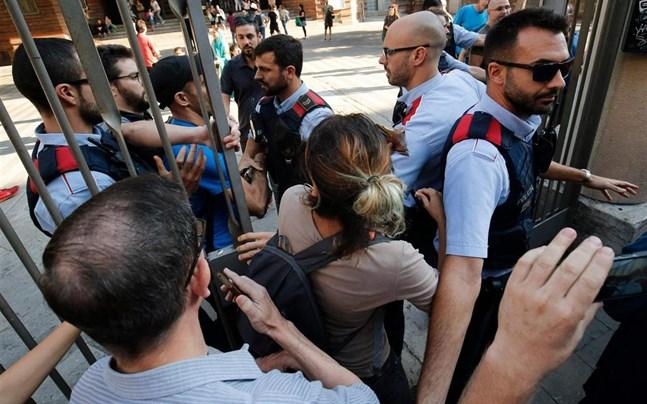 Demonstranter tvingade flera vallokaler att stanga
