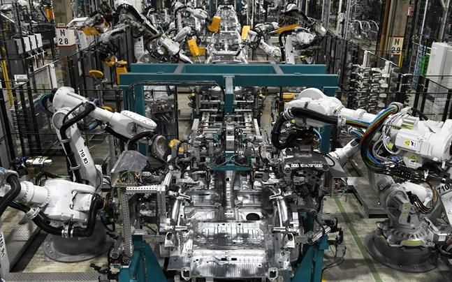 Valmet Automotive har en stor robotpark i Nystad, men det behövs också anställda.