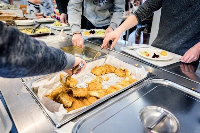 Från och med tisdag får skolelever i Vasa hämta matpaket från olika utdelningspunkter. Paketen innehåller tillredd mat som värms upp hemma.