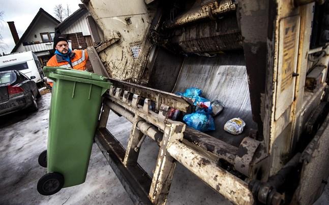 Vasaregionens avfallsnämnd vill bekanta sig med den nya avfallslagen innan den fattar beslut om hur avfallstransporten ska ordnas.