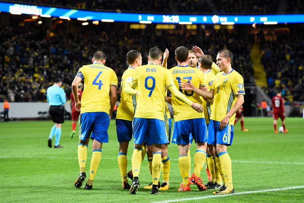 Rekordens kväll när Sverige krossade Luxemburg. Nyhetsbild Zoom. Laget  firar efter mål. Foto  Jonathan Nackstrand 94ce800338f8f