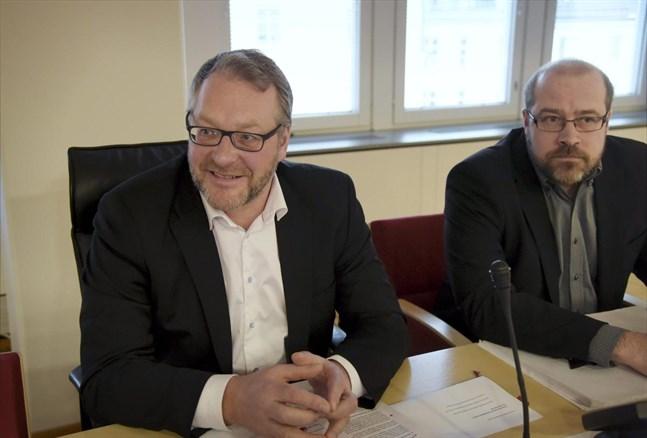 Pappersförbundets ordförande Petri Vanhala med sekreteraren Juhani Siira.