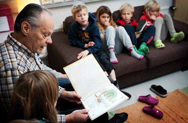 Fyra företrädare för skolvärlden bjuder in alla äldre till skolans och ungdomarnas sfär. På bilden (från 2011) läser skolmorfar Christian Nylund för övis-elever.