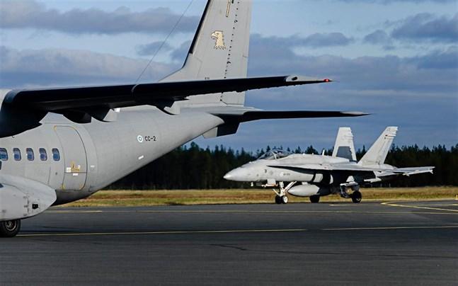 Flygvapnet övar som bäst i Jakobstads- och Karlebyregionen. Bilden är från en övning för flera år sedan när Honet-plan landade i Kronoby.