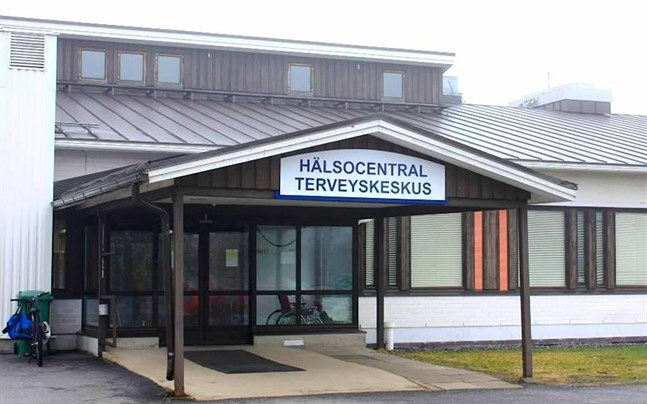 Personer som besökt Närpes hälsocentral under vissa tidpunkter förra veckan uppmanas vid symptom på covid-19 ta coronatest.