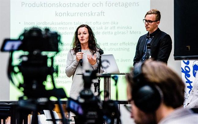 En del likheter och olikheter inom Svenskfinland överraskade forskaren Marina Lindell. Bilden är tagen under ett seminarium med Janne Berg.