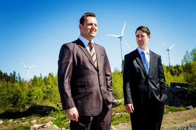 EPV Vindkrafts vd Frans Liski (till höger) med EPV Energis vd Rami Vuola vid invigningen av  Torkkola. Nu blir parken dyrare för bolaget.