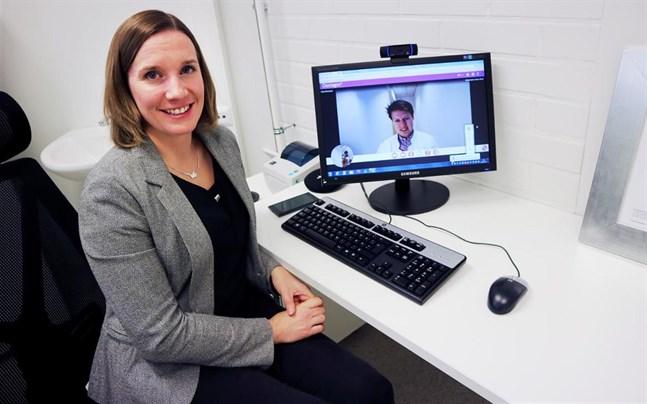 Läkarbesöket görs via dataskärmen. Här har Mikaela Sallisalmi, servicechef på Doctagon, just fått den Jakobstadsbördiga allmänläkaren Mats Rönnback på tråden.