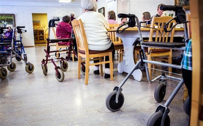 Att bevaka seniorernas rättigheter och att äldreomsorgen fungerar bra är viktiga uppgifter för den nya äldreombudsmannen.
