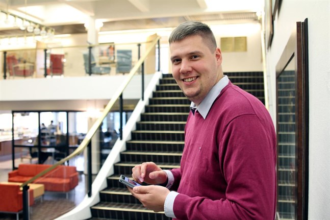 Korsholms webbkommunikatör Gustaf Westerholmhör tillkommunens utvecklingsavdelning och är den som sonderat sajter för att hitta det bästa sättet att sälja marken.