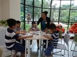 Emmi Herler-Westeråker reser under veckan runt i Asien för att ge prov på hur en finsk skola fungerar.