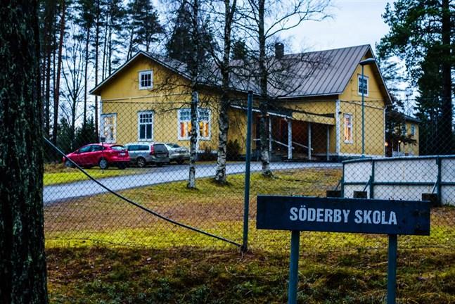 De två skolbyggnaderna i Söderby är stora. Frågan är vad de kan användas till i framtiden.