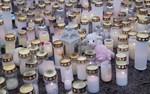 Ett hav av ljus och mjukisdjur i Borgå för att hedra treåringen som knivhöggs i Lyceiparken.