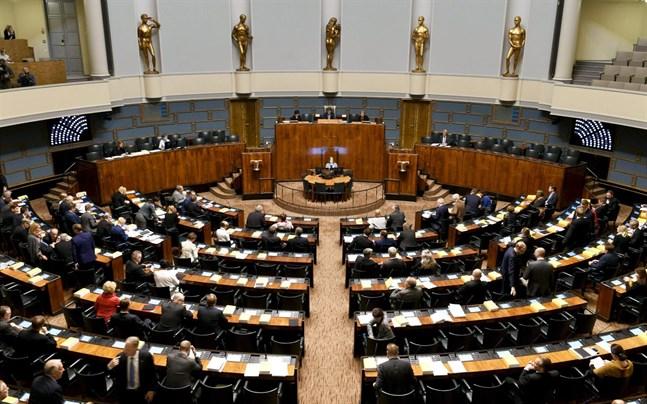 Ekonomiexperter bedömer att Finlands ekonomi kan behöva en reducering på ungefär 10 miljarder euro efter coronakrisen. Riksdagsledamöter i regionen säger att följderna för välfärdssamhället blir allvarliga.