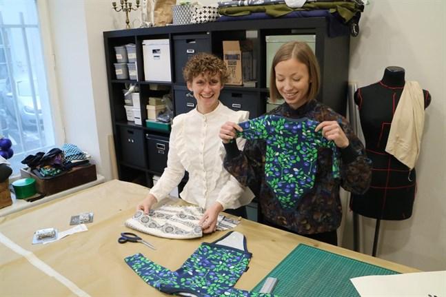 Från höger Rebecka Erlands och Cecilia Antfolk. I butiken har de sin egen hantverks- och syateljé.