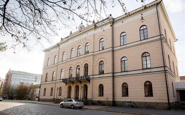Personen är försatt i karantän och mår bra, enligt rektor Bernt Klockars.