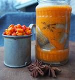 En fräsch sill med trevlig färg som piggar upp på julbordet. Havtornssaften är väldigt syrlig så den behöver en nypa socker eller annan sötma.