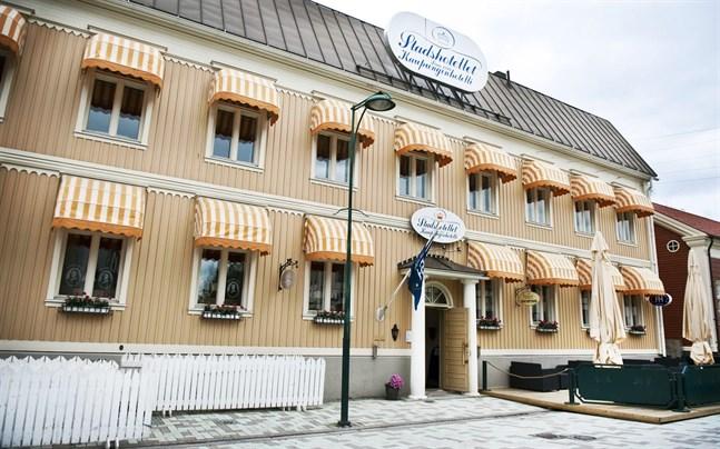Hotellen i Jakobstad är glada över att se den livliga strömmen inrikesturister hittills i sommar.