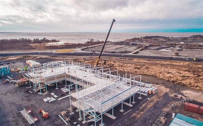 Fennovoima bygger inkvartering för närmare 1 000 byggnadsarbetare och i december pågår bygget av sex nya bostadshus. Efter årsskiftet tar Fennovoima itu med Titans och Raos Projects kontorsutrymmen med parkeringsplatser för omkring 500 personbilar.