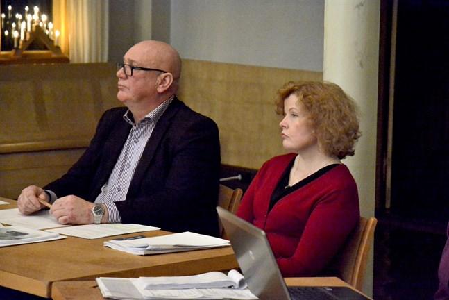 Stadsdirektör Minna Nikander stiger åt sidan vid en eventuell samgång med Närpes och får då avgångsvederlag motsvarande ett års lön. Fullmäktigeordförande Kari Häggblom (SDP) och övriga i Kasköfullmäktige får snart ta ställning till fusionsavtalet.