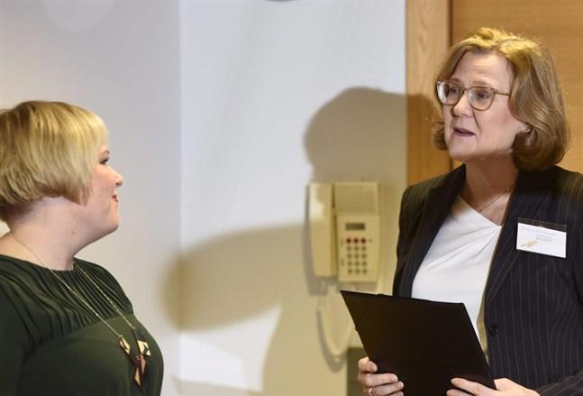 Professor och överläkare Tiina Saarto och familje- och omsorgsminister Annika Saarikko presenterar nya rekommendationer för palliativ vård och terminalvård.