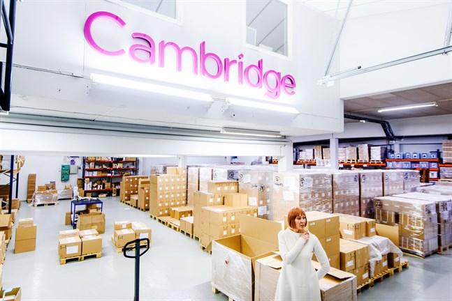 Annika Rak är vd för Cambridge. Bilden är från lagret i Jakobstad.