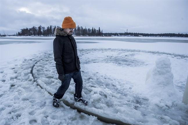 Uppfinnaren Janne Käpylehto har sågat cirka sextio iskaruseller. Fyra gånger har han slagit världsrekord. Nu vill han göra det igen. Bilden är från 2017 när han byggde Vasas första iskarusell som vägde femton ton och var åtta meter i diameter.
