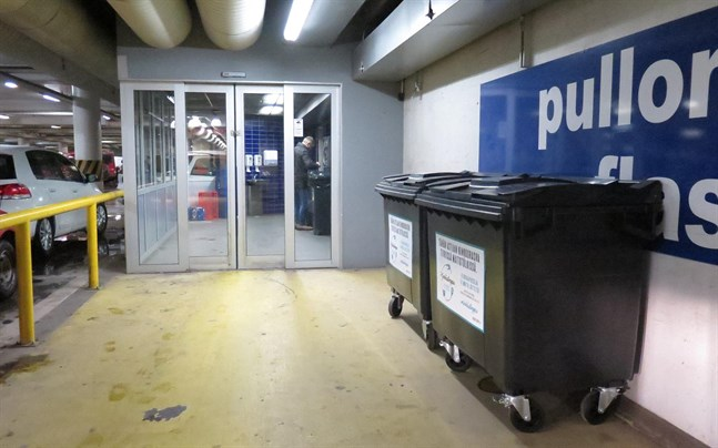 Återvinningskärlen för skinkfett finns bland annat i Citymarkets parkeringsgrotta i centrum av Vasa. I dag på eftermiddagen var det endast några tiotals paket med skinkfett som låg i soptunnorna.