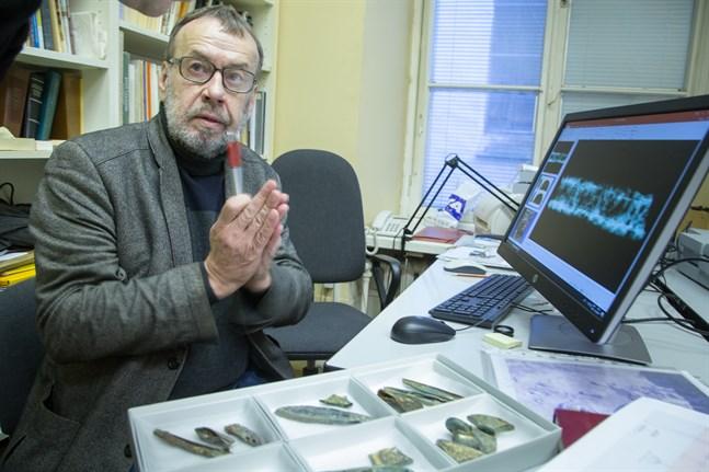 Svärdsklingorna har smitts i fem olika lager och smyckats med guldtråd, säger Jüri Peets.