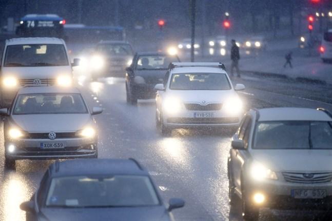Snöfall och snöblandat regn försämrar väglaget under onsdagen.