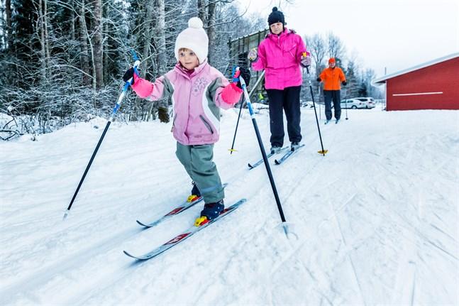 Alina, Gunilla och Johnny Österåker på väg ut i skidspåret. Arkivbild.