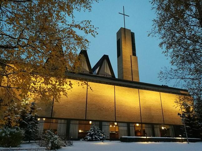 Den svenskspråkiga gudstjänsten som direktsänds i Yle fem har familjeprägel.