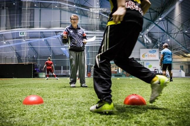 Legendariske fotbollsprofilen Pekka Utriainen har gått bort.