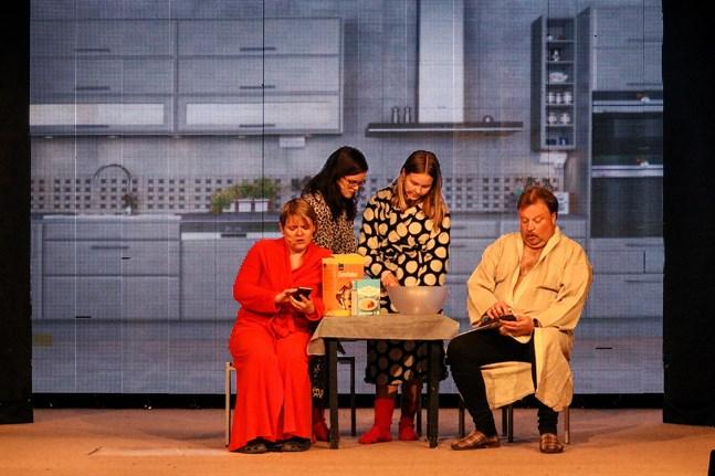 Det blir pinsamt för ungdomarna (Sara Storbäck och Ida Niemi) när föräldrarna (Nina Björkgren och Hans Snickars) sitter klistrade vid sina telefoner.