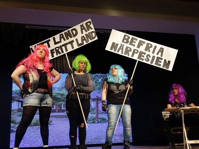 Linda Högback, Tina Grönros, Nina Björkgren och Camilla Pitkänen vill hålla Österbotten rent. Men frågan blir så småningom, från vem egentligen?