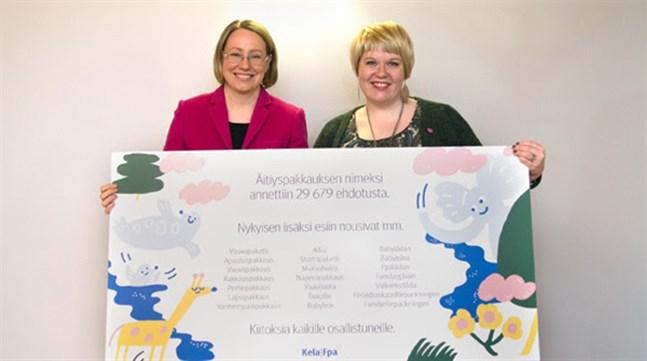 FPA:s informationsdirektor Pipsa Lotta Marjamäki överlämnade namnförslagen till familje- och omsorgsministern Annika Saarikko.