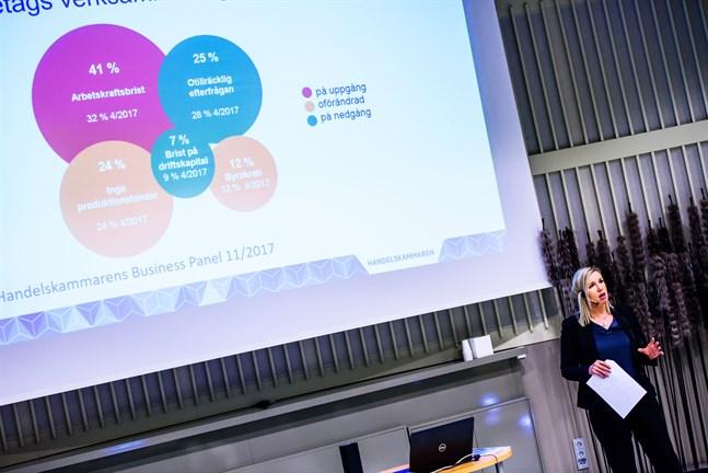 Paula Erkkilä har presenterat många bilder som beskriver arbetskraftsbristen. Nu pratar företagen om permitteringar och uppsägningar.