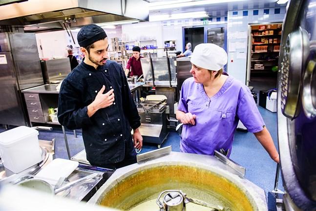 För två år sedan gästkockade Julien Hueber i skolköket där Karin Nygård är husmor. Nu får Nygård i stället fylla matpaketen som delas ut nästa vecka.