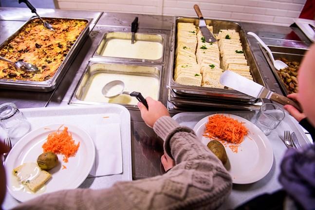 Det finns ett intresse för fler köttfria skoldagar, särskilt i Vasa och andra stadsområden. Men som helhet är Österbotten skeptisk. På bilden serveras gäddqueneller i Nykarleby.