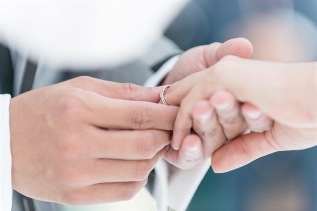 Många beslöt att skjuta upp sin vigsel och sitt bröllop den här våren och försommaren på grund av coronapandemin och restriktionerna.