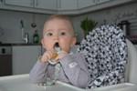 Melina Hällbacka, åtta månader, är en av de totalt 49 bebisar som föddes i Kristinestad i fjol. På onsdag firar de i kulturhuset Dux.