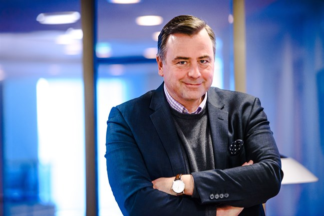 Stefan Svenfors, kommundirektör i Pedersöre, uppmärksammas med ett riddartecken.