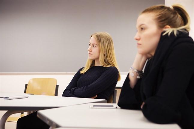 Kursen i psykologi på universitetsnivå gjorde Katarina Rönnqvist ännu mera övertygad – hon ska söka in till psykologistudier. Till höger Cecilia Skinnars.