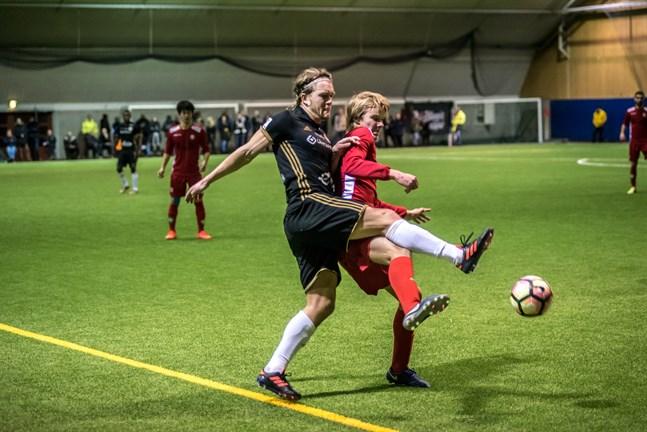 Inhopparen Severi Kähkönen i duell med Jens Portins före detta lagkamrat Anders Bååth.