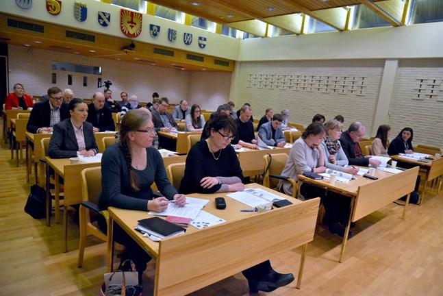 Är 35 fullmäktigeledamöter för många i en stad av Närpes storlek? Får man tillräckligt med hugade kandidater i kommunalval?