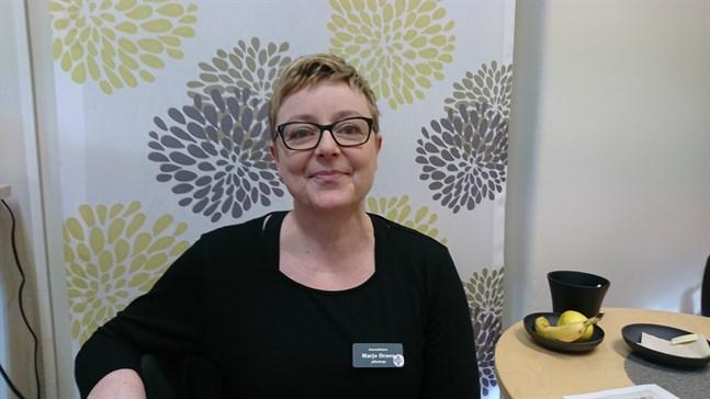 Överskötare Marjo Orava beklagar att det för en del blivit lång väntetid i telefon till Malmska.